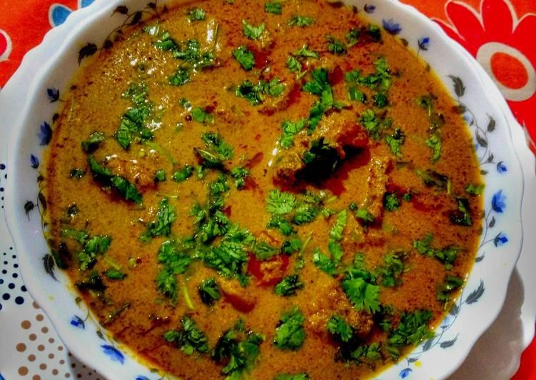 Maharashtrian Tambda Rassa (Kolhapuri Style Spicy Chicken Curry)