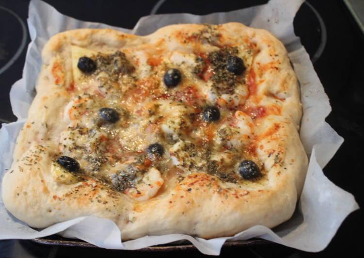 Pizza cuadrada con surimi, piña y gambas