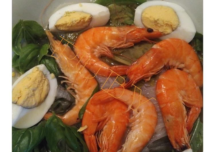 Soupe au boeuf ou aux crevettes avec vermicelle, menthe, basilic et oseille