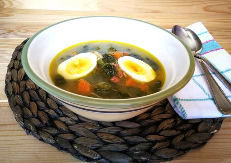 Sopa de espinaca fresca con jamón curado y huevo