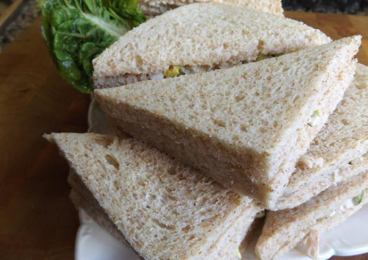 Sándwiches de atún, huevo duro y salsa rosa de lima