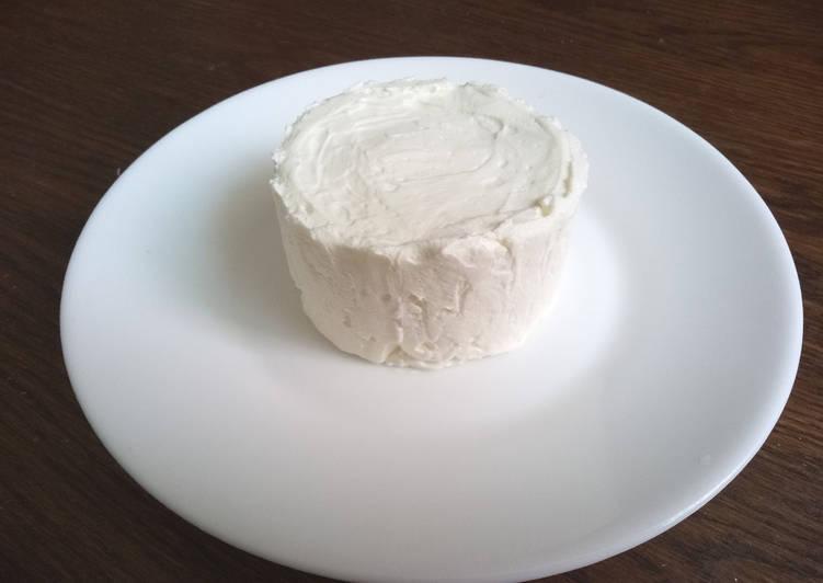 Fromage blanc maison fait à partir de yaourts nature
