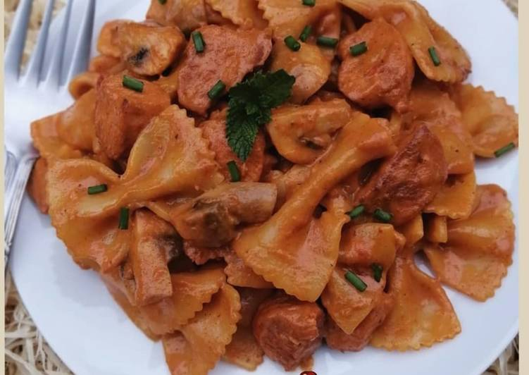 Spicy Chicken And Mushroom Pasta in Creamy sauce