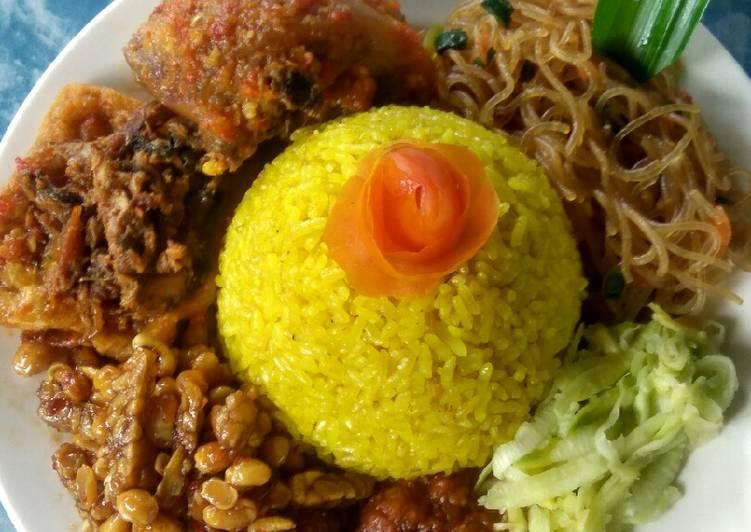 Tumi (tumpeng mini) nasi kuning punel