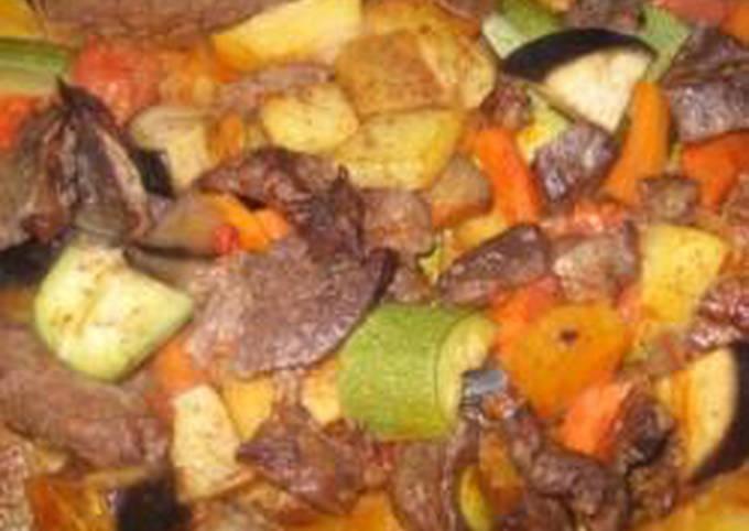 Vegetables and meat casserole - sayniyet khodra w lahmeh