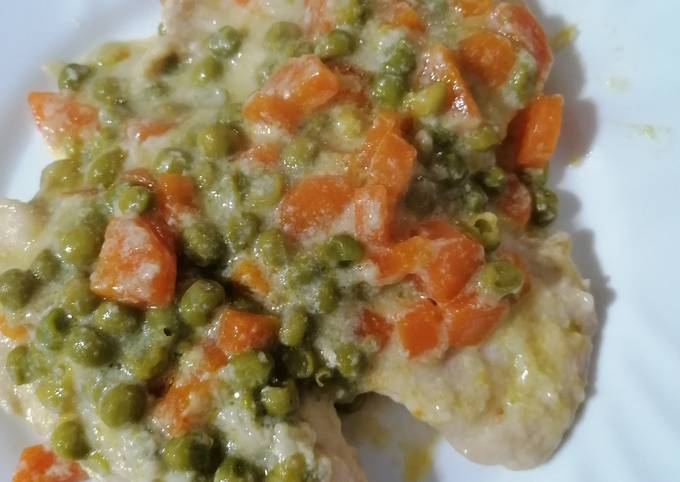 Petto di pollo al latte con piselli e carote