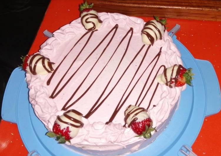 Tarta de crema y Nutella cubierta con mousse de fresa