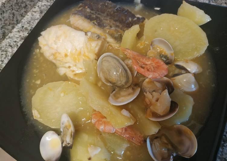 Bacalao en salsa con gambas y almejas