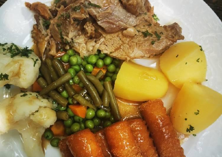 Recipe: Tasty Schweinebraten mit Gemüse und Kartoffeln / Kroketten