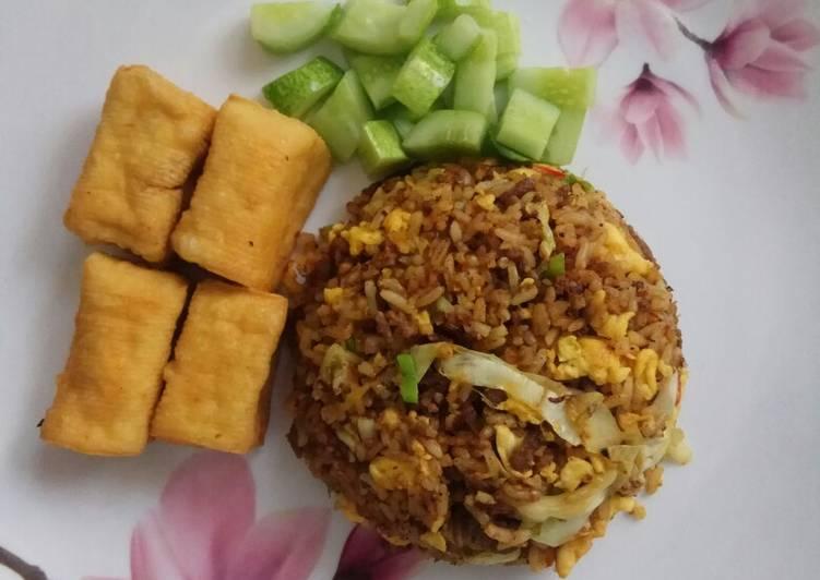 Nasi goreng daging bumbu kari