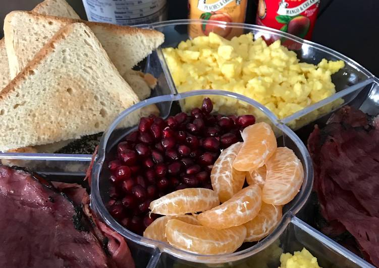 Resep Menu Sarapan Ala Hotel 👉🏻 Scramble Eggs, Beef Salami, Toast, Fruits, Yogurt and Cream Cheese Paling Enak
