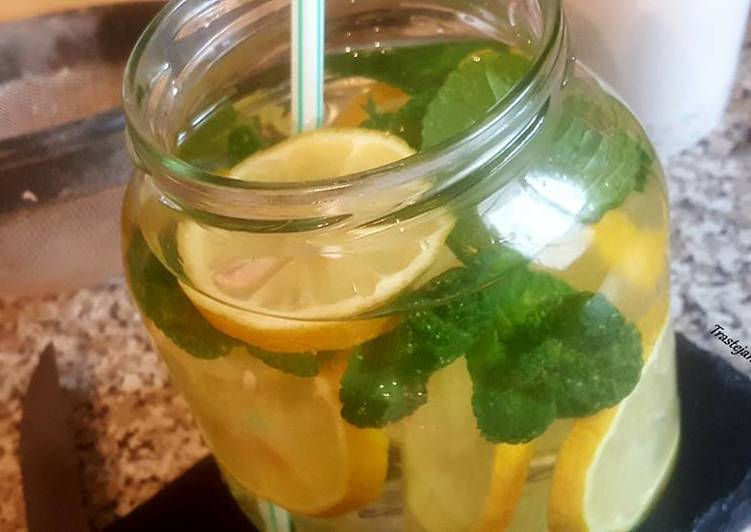 Agua de limón y hierbabuena