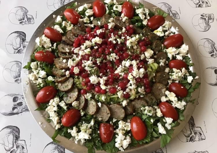 Salade courgettes tomates cerises groseilles feta saucisses grillées et céleri