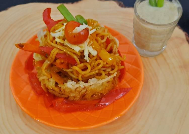 Schezwan noodles in noodles basket with kiwi banana smoothie