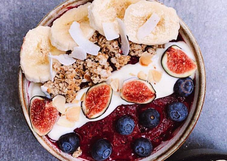 Smoothie Bowl with Bananas and Blueberries