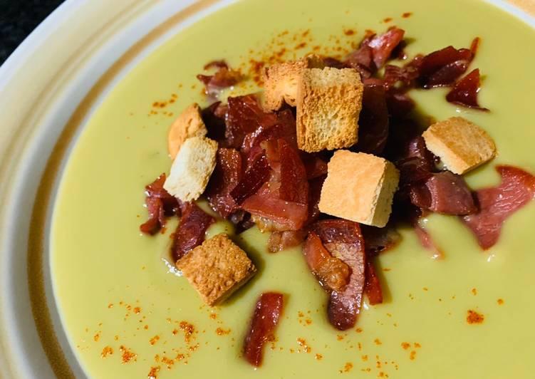 Crema de guisantes con jamoncito crujiente y picatostes