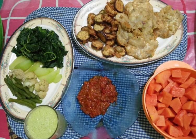Sayur Rebus, Tempe Mendoan, Terong Krispi, Sambal, Jus Alpukat, Pepaya (Hidangan berbuka simpel 3)