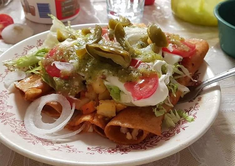 Enchilada de chipotle rellenas picadillo con papas cocidas. México