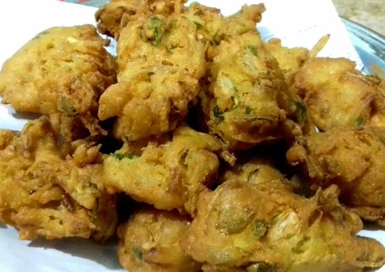 Recipe of Speedy Baisan K Pakorhay (Piyaju) #Cookpadapp #Iftar_Contest