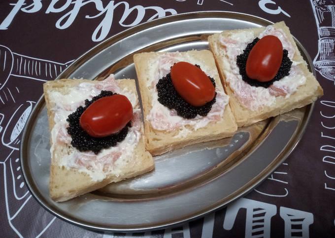 Tranches de pain de mie à la truite au fromage frais, œufs de lompe et tomates cerises