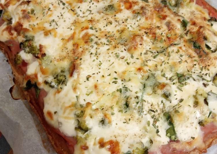 Pizza integral de jamón York, brócoli y espinacas