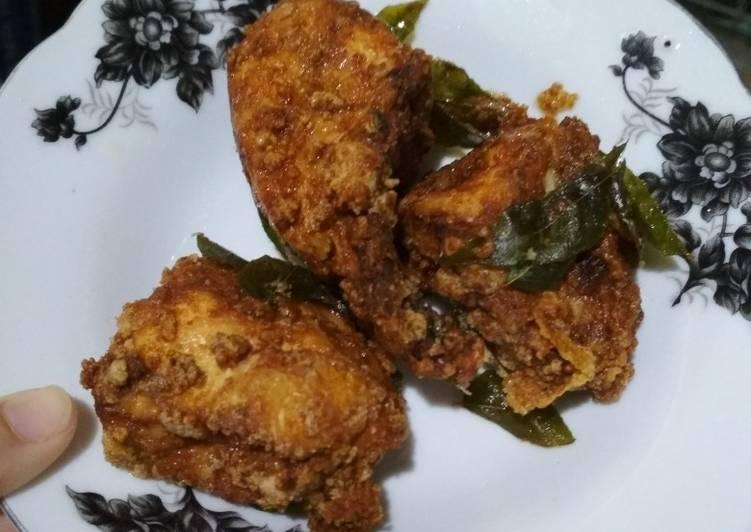Ayam goreng daun curry