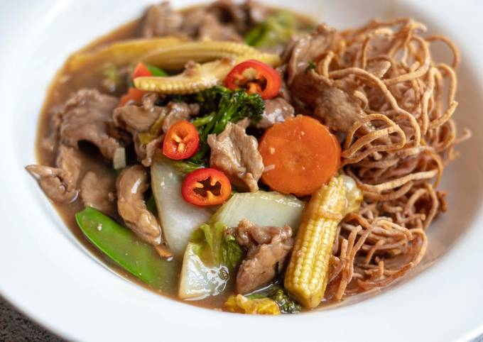 Crispy egg noodles with Chinese style pork gravy ราดหน้าหมู 🍜