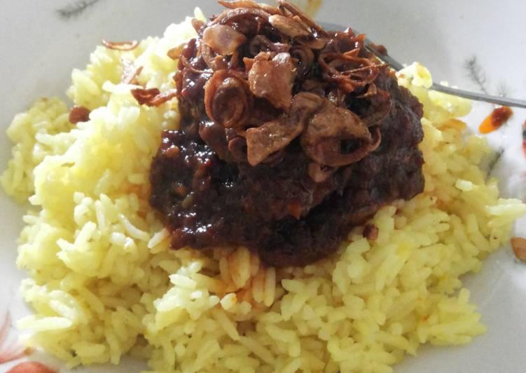 Nasi kuning bumbu habang (banjarmasin)