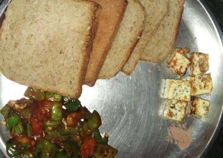 Stir fry capsicum and tomatoes with paneer cube and brown bread