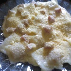 Ravioles con salsa de queso y jamón