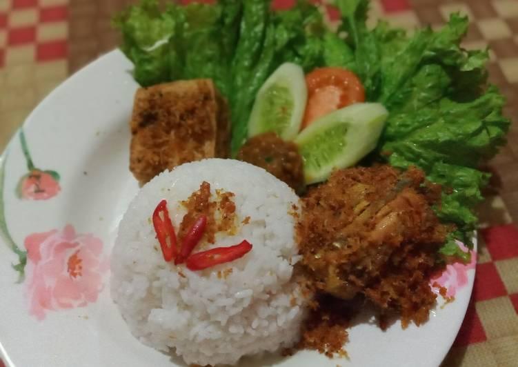 Nasi ayam goreng lengkuas