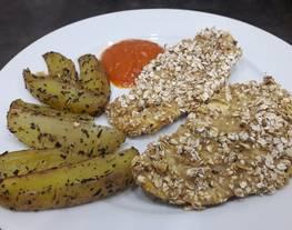 Pollo con crujiente de avena y patatas gajo especiadas al horno