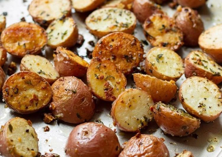 Recipe of Speedy Garlic and Thyme Roasted Red Potatoes