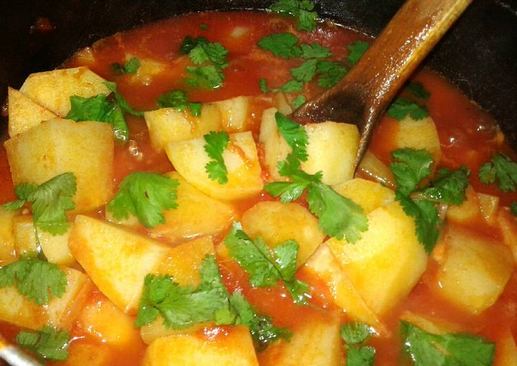 Potatoes in tomatoes soup