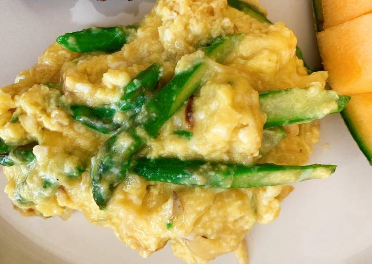 Simple Way to Make Top-Rated Scrambled eggs with Asparagus with Fontina, Gruyere and Gouda cheese