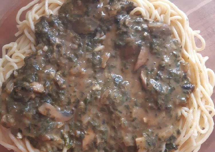 Spaghetti (oder Nudeln) in Spinat und Champignon-Soße