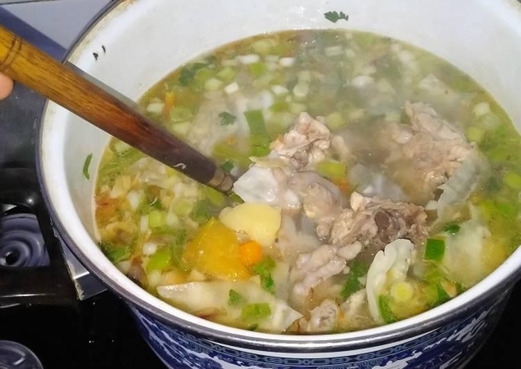 Sop tulang kerongkongan dan ceker Ayam kuah bening