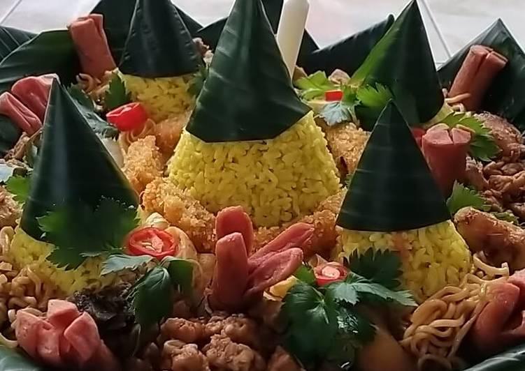 Nasi tumpeng lima menara