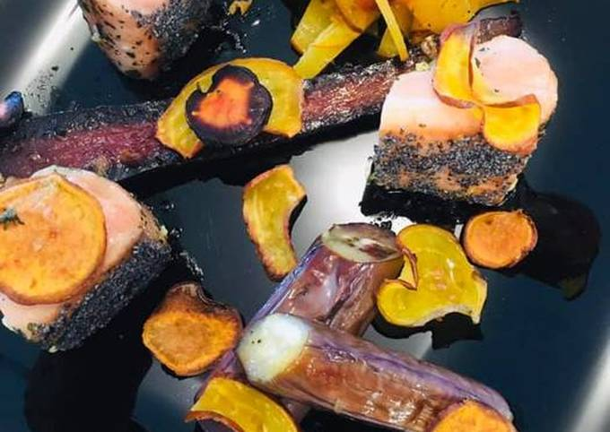 Cubes de Saumon mi-cuit au Pavot, Légumes d'Automne confits à l'ail et Chips