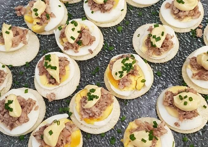 Toasts aux oeufs, sardines citronnées, mayonnaise au tabasco