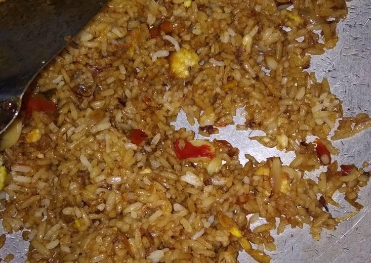Nasi goreng praktis (campur sambal tomat kemarin)