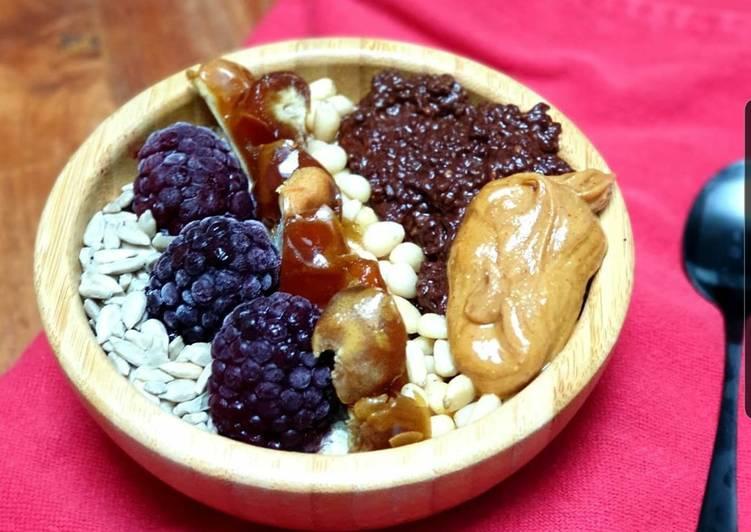 Porridge datte, mures, beurre de cacahuete