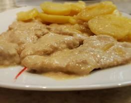 Solomillo de cerdo en salsa de mostaza con patatas al vino