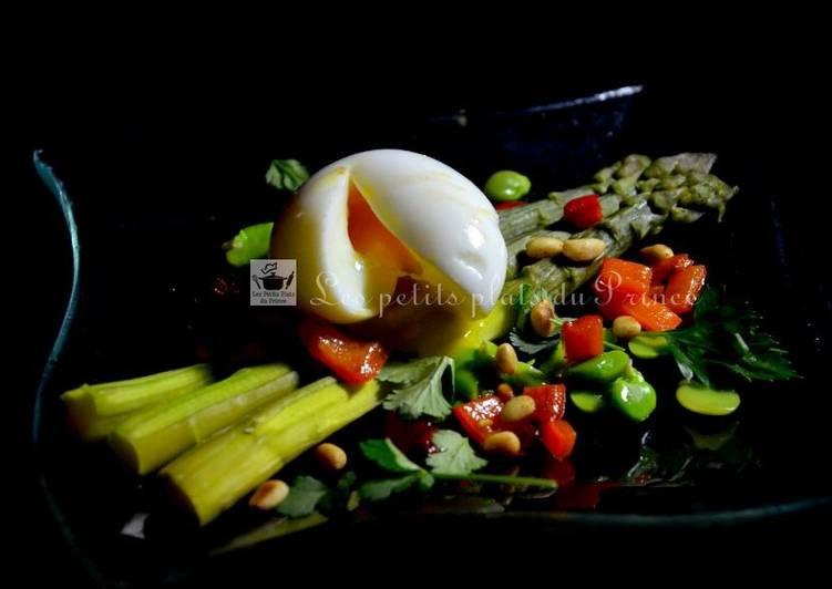 Oeuf mollet, asperges vertes et salade d'herbes du jardin