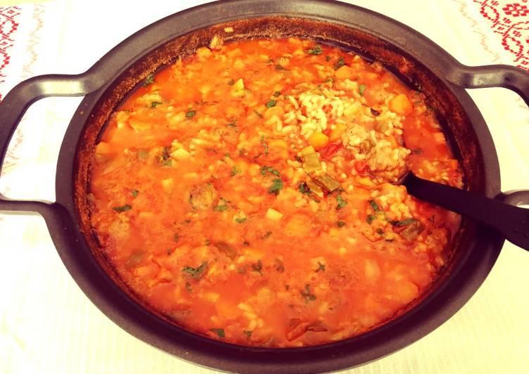 Arroz blanco en salsa Napolitana con bolitas de carne de ternera