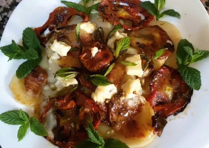 Pomme de terre au four rondelles de tomates et fromage