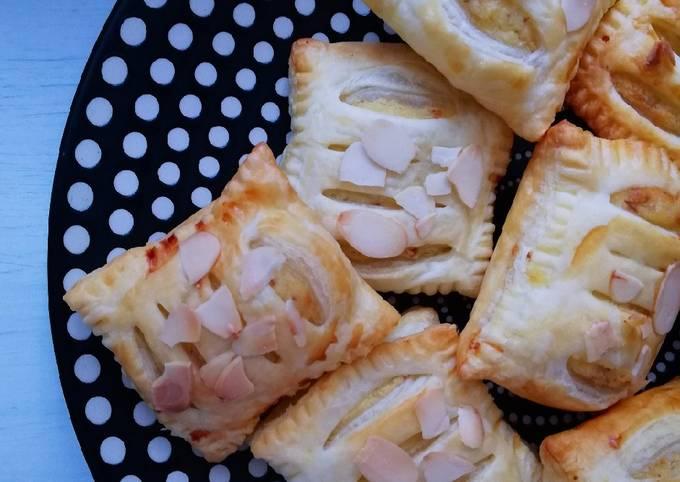 Saccottini di pasta sfoglia con crema di mandorle
