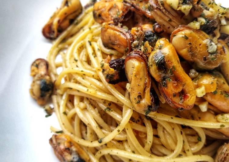 Spaghetti With Mussels In A Garlic, Butter & Chilli Sauce