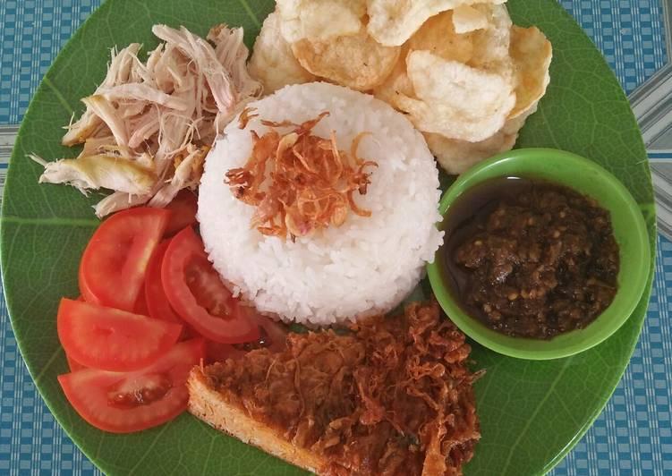 Langkah Mudah untuk meracik Nasi putih, telor dadar, ayam suir, tomat iris dan sambal ijo 🍛, Bisa Manjain Lidah
