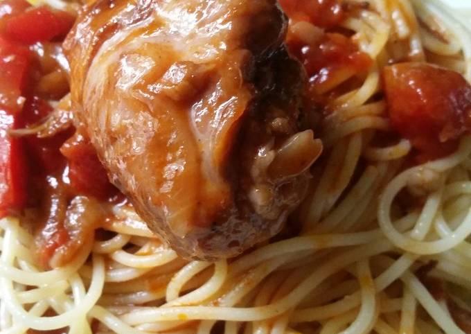 Schritt für Schritt Anleitung Um Hausgemachte Spaghetti mit Hähnchen-Tomaten-Paprikasauce zu machen
